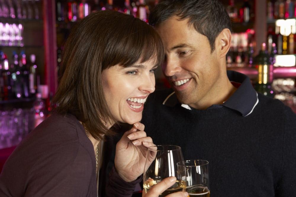 Kvinde der griner - måske efter at manden har brugt en scorereplik